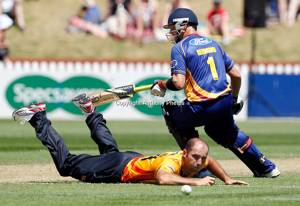 Luke Woodcock watches the ball with Volts Aaron Redmond during the Twenty20 Cricket - HRV Cup, Firebirds v Volts at the Basin Reserve, Wellington, 04 December 2010. Photo: Anthony Phelps/PHOTOSPORT