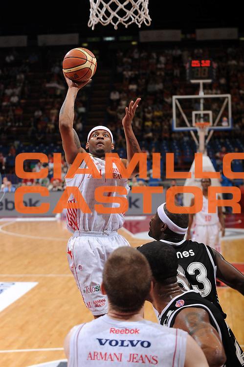 DESCRIZIONE : Milano Lega A 2009-10 Playoff Semifinale Gara 4 Armani Jeans Milano Pepsi Caserta<br /> GIOCATORE : Mike Hall<br /> SQUADRA : Armani Jeans Milano<br /> EVENTO : Campionato Lega A 2009-2010 <br /> GARA : Armani Jeans Milano Pepsi Caserta<br /> DATA : 08/06/2010<br /> CATEGORIA : tiro penetrazione<br /> SPORT : Pallacanestro <br /> AUTORE : Agenzia Ciamillo-Castoria/A.Dealberto<br /> Galleria : Lega Basket A 2009-2010 <br /> Fotonotizia : Milano Lega A 2009-10 Playoff Semifinale Gara 4 Armani Jeans Milano Pepsi Caserta<br /> Predefinita :
