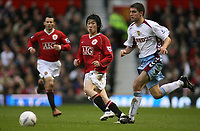 Photo: Paul Thomas.<br /> Manchester United v Aston Villa. The FA Cup. 07/01/2007.<br /> <br /> Ji-sung Park (L) of Man Utd passes it past Aaron Hughes.