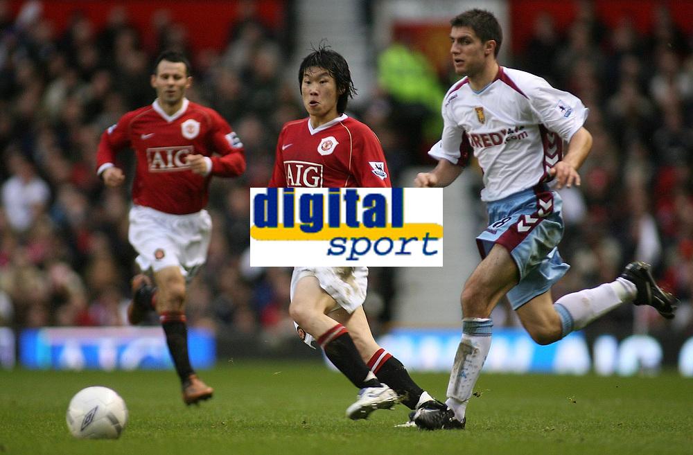 Photo: Paul Thomas.<br /> Manchester United v Aston Villa. The FA Cup. 07/01/2007.<br /> <br /> Ji-sung Park (L) of Man Utd passes it past Aaron Hughes.