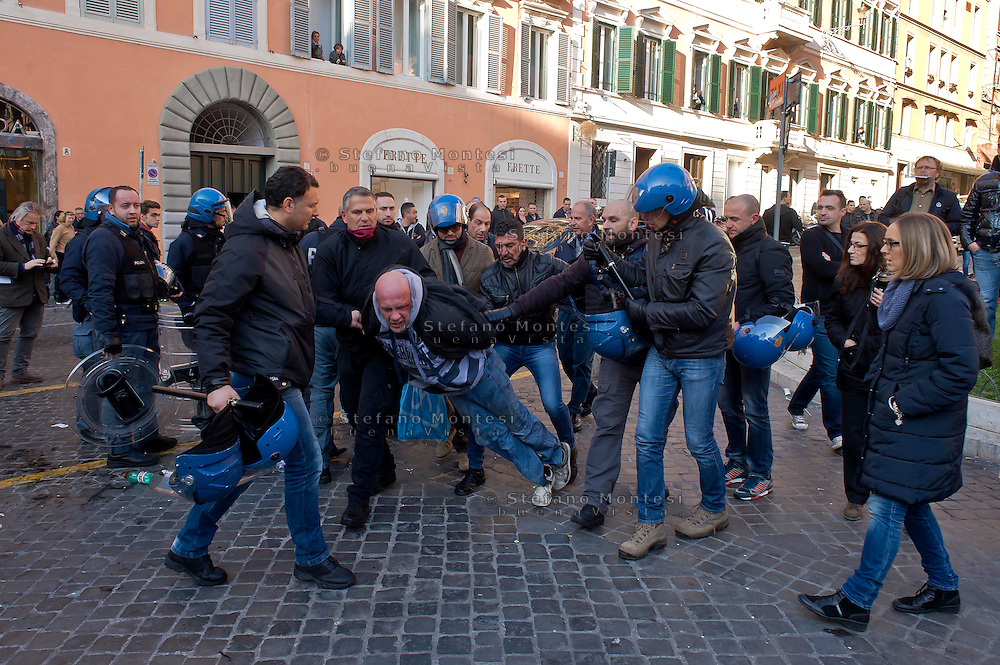 Roma 19 Febbraio 2015<br /> Lancio di fumogeni e di bombe carta in piazza di Spagna, dove si sono riuniti circa 500 tifosi olandesi del Feyenoord, in vista della partita che si svolger&agrave; stasera allo stadio Olimpico contro la Roma.Nella guerriglia sono rimasti feriti 10 agenti e tre tifosi olandesi. Tifosi del Feyenoord arrestati dalla polizia<br /> Rome February 19, 2015<br /> Launch of smoke and paper bombs in Piazza di Spagna, where gathered about 500 Dutch fans of Feyenoord, in view of the match that will take place tonight at the Olympic Stadium against Roma. In guerrilla wounded 10 policemen and three Dutch fans. Feyenoord fans arrested by police