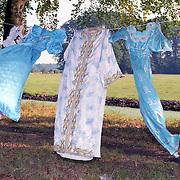 NLD/s'Graveland/19911120 - Marokkaanse kleding hangt aan een Nederlandse waslijn te drogen