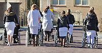 TIEL - Personeel van een zorgcentrum duwen bewoners voort op een mooie voorjaarsdag. ANP COPYRIGHT KOEN SUYK