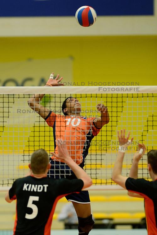 29-12-2014 NED: Eurosped Volleybal Experience Nederland - Belgie -19, Almelo<br /> Nederland verliest met 3-2 van Belgie / Fabian Plak