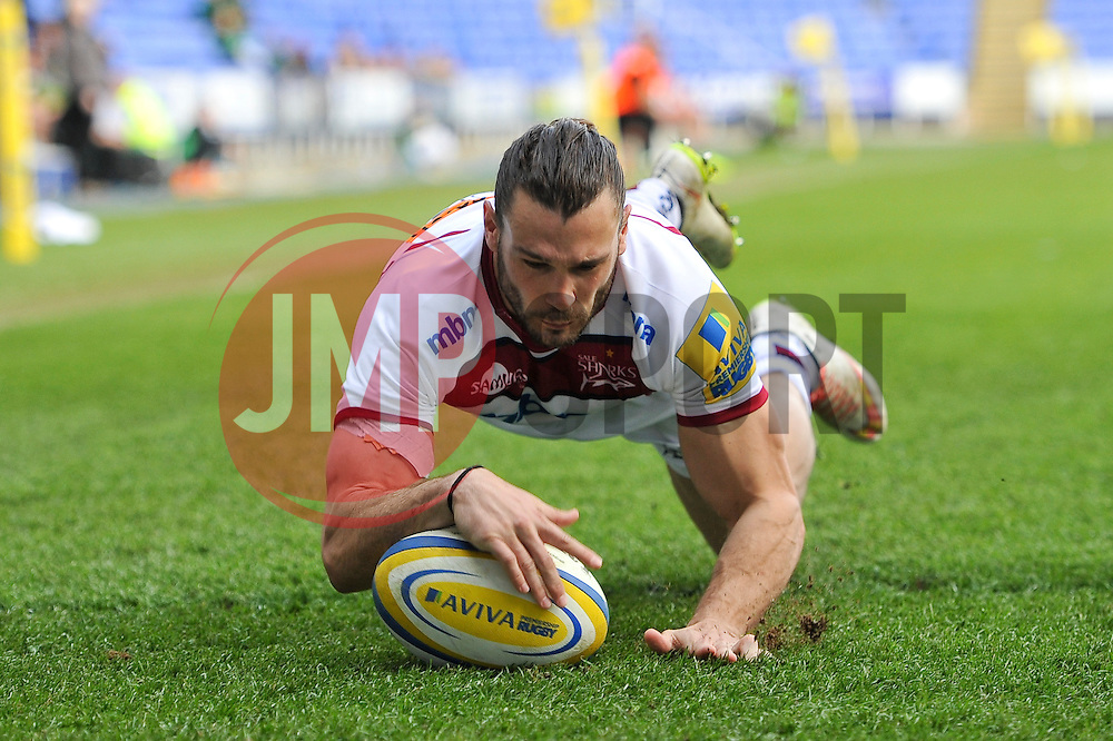 Tom Arscott of Sale Sharks scores the opening try of the match - Photo mandatory by-line: Patrick Khachfe/JMP - Mobile: 07966 386802 12/04/2015 - SPORT - RUGBY UNION - Reading - Madejski Stadium - London Irish v Sale Sharks - Aviva Premiership