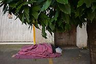 FEIRA DA KANTUTA - Mendigo em calçada da rua Araguaia, rua vizinha à feira boliviana da praça Kantuka, no bairro Canindé, em São Paulo. 19/06/2016