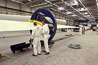 20 AUG 2002, LAUCHHAMMER/GERMANY:<br /> Rotorblatt-Fertigungsstaette der Firma Vestas, Hersteller von Windkraftanlagen<br /> IMAGE: 20020820-01-027<br /> KEYWORDS: Windkraft, Energie, <br /> Fluegel, Flügel