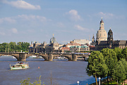 Blick über die Elbe auf barocke Altstadt, historische Kulisse mit Frauenkirche, Dresden, Sachsen, Deutschland.|.Dresden, Germany, View on river Elbe and historic city of Dresden and Church of Our Lady