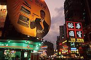 Hong Kong. at night and commercials  jordan road   / La nuit, enseignes et ambiance  illuminations  jordan road     / L940322c  / 294969/10