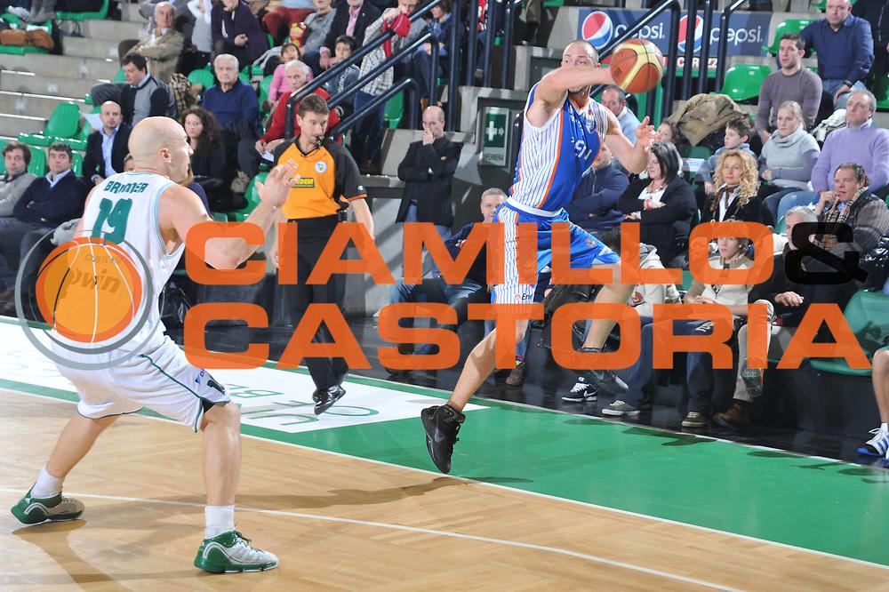 DESCRIZIONE : Treviso Lega A 2010-11 Benetton Treviso Enel Brindisi<br /> GIOCATORE : Anthony Giovacchini<br /> SQUADRA : Enel Brindisi<br /> EVENTO : Campionato Lega A 2010-2011 <br /> GARA : Benetton Treviso Enel Brindisi<br /> DATA : 06/01/2011<br /> CATEGORIA : Equilibrio<br /> SPORT : Pallacanestro <br /> AUTORE : Agenzia Ciamillo-Castoria/M.Gregolin<br /> Galleria : Lega Basket A 2010-2011 <br /> Fotonotizia : Treviso Lega A 2010-11 Benetton Treviso Enel Brindisi<br /> Predefinita :