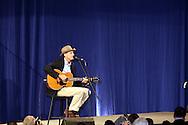 El aclamado cantante James Taylor mientras actua en el Hynes Convention Center, en Boston, durante la visita del Presidente Barack Obama a Mass. en apoyo al Gov. Deval Patrick en su campaña por reeleción.