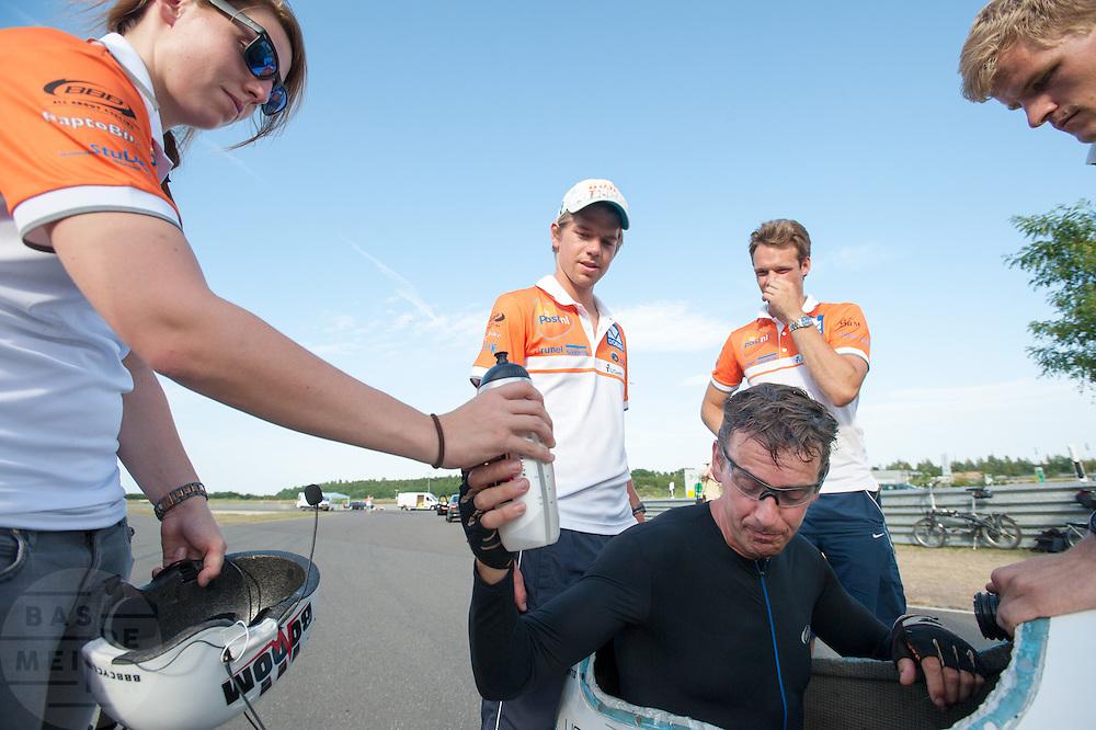 Wil Baselmans stapt uit de VeloX3 na een de sprint, de snelheid valt tegen. In Schipkau doet het Human Power Team Delft en Amsterdam met fietser Wil Baselmans een poging het laagland sprintrecord te verbreken met de VeloX3. In september wil het team, dat bestaat uit studenten van de TU Delft en de VU Amsterdam, een poging doen het wereldrecord snelfietsen te verbreken, dat nu op 133 km/h staat tijdens de World Human Powered Speed Challenge.<br /> <br /> Wil Baselmans after his ride with a speed that was lower as espected. At the Dekra test track in Lausitz the Human Power Team Delft and Amsterdam tries with rider Wil Baselmans  to set a new lowland sprint record on a bicycle. With the special recumbent bike the team, consisting of students of the TU Delft and the VU Amsterdam, also wants to set a new world record cycling in September at the World Human Powered Speed Challenge. The current speed record is 133 km/h.