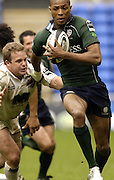 Reading, ENGLAND, Delon Armitage with the ball, Dan Harris challenges, during the London Irish vs Saracens, Guinness Premiership Rugby, at the, Madejski Stadium, 06.05.2006, © Peter Spurrier/Intersport-images.com,  / Mobile +44 [0] 7973 819 551 / email images@intersport-images.com.