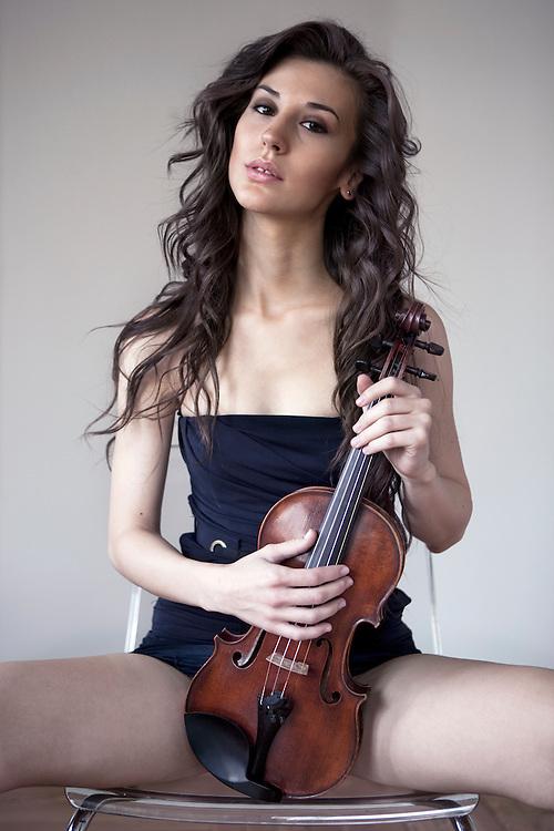Violinist: SARA MEDINA.