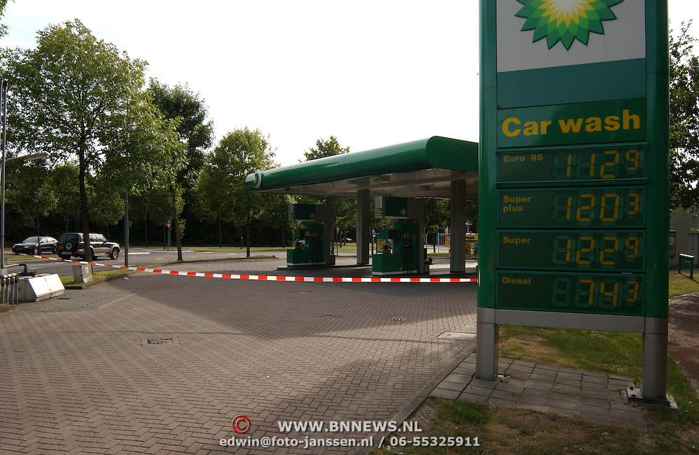 Diverse winkels gesloten door stroomstoring Huizen, BP benzinestation met lint afgesloten voor klanten
