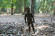 Oguay joue avec le petit arc que lui a fabriqué son père, Tangeun. L'apprentissage de la chasse commence dès qu'un enfant sait marcher.