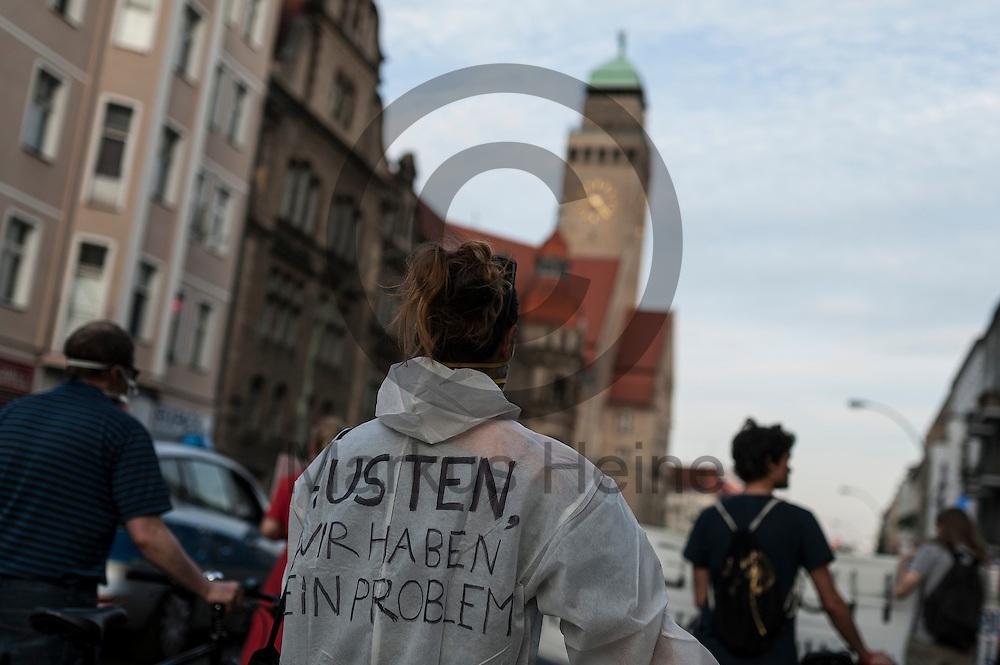 &quot;Husten wir haben ein Problem&quot; steht w&auml;hrend der Feinstaub Demonstration am 03.06.2016 in Berlin Neuk&ouml;lln, Deutschland auf dem Overall einer Demonstrantin. Die Demonstranten demonstrierten unter dem Motto &quot;Husten, wir haben ein Problem &ndash; die gro&szlig;e Anti-Feinstaubdemo&quot; damit die politisch Verantwortlichen wirksame Ma&szlig;nahmen zum Schutz unserer Gesundheit zu ergreifen. Foto: Markus Heine / heineimaging<br /> <br /> ------------------------------<br /> <br /> Ver&ouml;ffentlichung nur mit Fotografennennung, sowie gegen Honorar und Belegexemplar.<br /> <br /> Bankverbindung:<br /> IBAN: DE65660908000004437497<br /> BIC CODE: GENODE61BBB<br /> Badische Beamten Bank Karlsruhe<br /> <br /> USt-IdNr: DE291853306<br /> <br /> Please note:<br /> All rights reserved! Don't publish without copyright!<br /> <br /> Stand: 06.2016<br /> <br /> ------------------------------