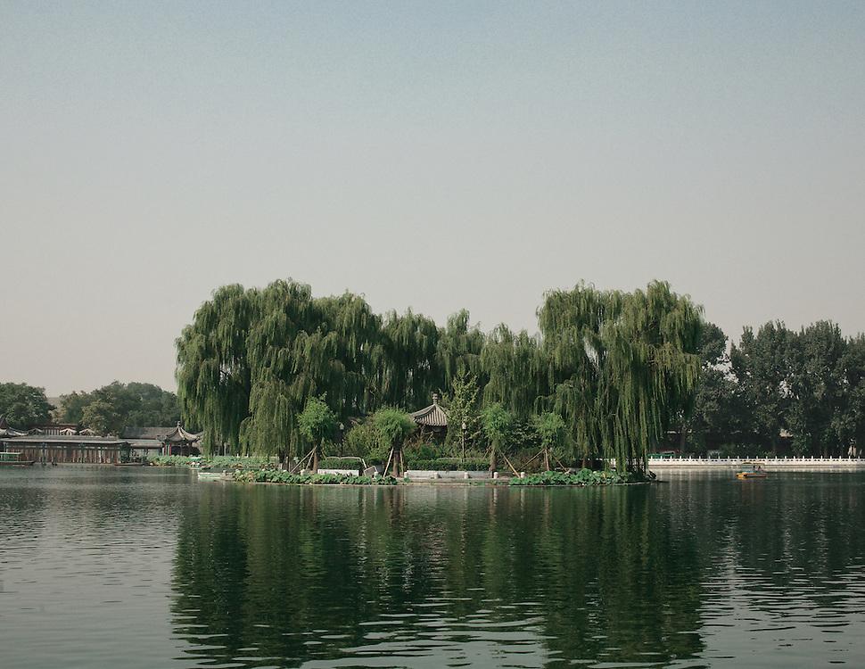 Pavillon au milieu du lac Qianhai, Pékin.