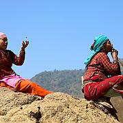 Berg&egrave;res, N&eacute;pal 2009.<br /> <br /> Dans les montagnes, non loin de la ville de Bharatpur, les femmes font pa&icirc;tre leur ch&egrave;vres sur les flancs abrupts. Pour patienter, elles discutent entre elles, fument et jouent, sans jamais perdre du regard leurs b&ecirc;tes.