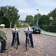 Nederland Rotterdam 20 September 2009 20090920 ..Wijkagenten maken een praatje met een oude man in de wijk Kralingen.                            ..Foto: David Rozing