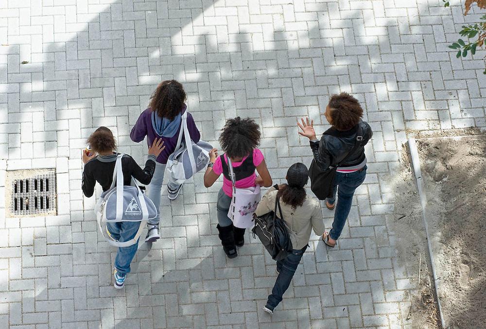 Nederland Rotterdam 23-09-2009 20090923 Serie over onderwijs,  openbare scholengemeenschap. Leerlingen lopen het schoolplein op, pauze.                                .Foto: David Rozing