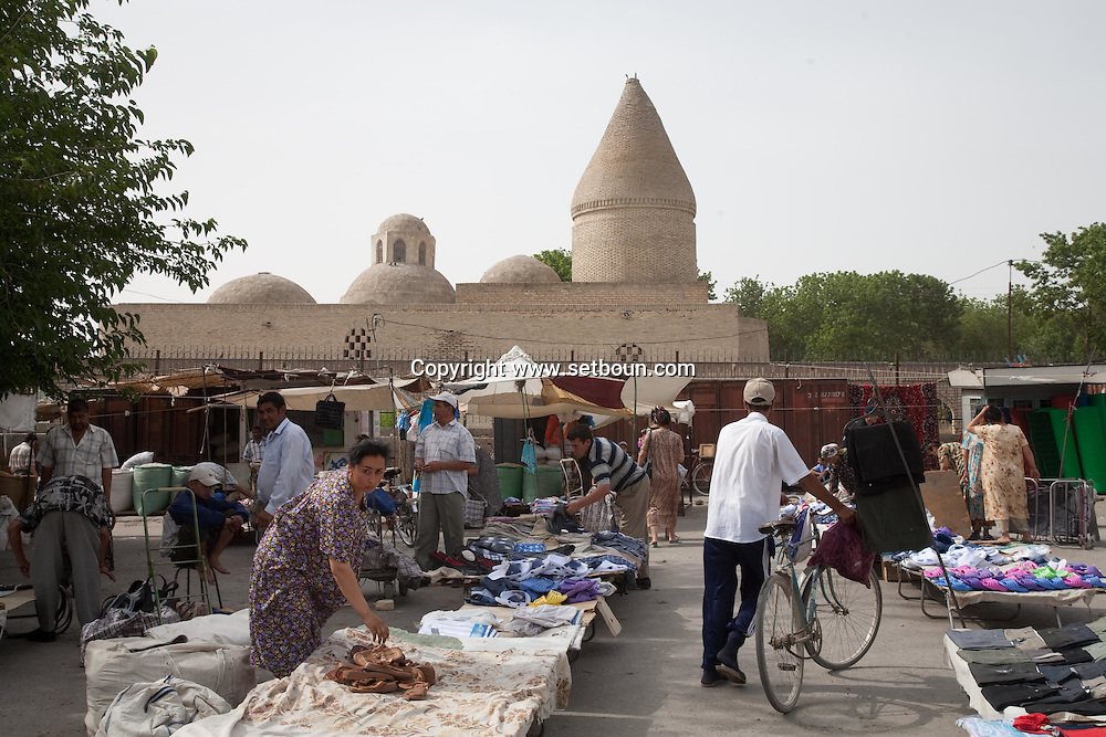 market olshoy Rinok in front of Chasma Ayub mausoleum, -fountain of Job  Boukhara  Ouzbekistan  .///.marche Bolshoy Rinok devant le mausole Chachma Ayub, la fontaine de Job  Boukara  Ouzbekistan .///.OUZB56268