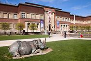 Europa, Deutschland, Duesseldorf, Museum Kunstpalast, Ehrenhof, Nashorn Skulptur von Johannes Brus.<br /><br />Europe, Germany, Duesseldorf, museum Kunstpalast, Ehrenhof, rhino sculpture by Johannes Brus.