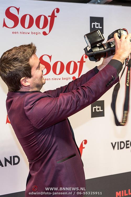 NLD/Amsterdam/20171113 - Premiere Soof: Een Nieuw Begin, Ruben Nicolai neemt een foto van zichzelf