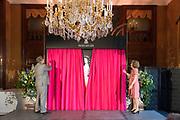 """Opening tentoonstelling 'Sisi, sprookje & werkelijkheid' te Paleis Het Loo. De tentoonstelling belicht het levensverhaal van Keizerin Elisabeth. Aan de hand van filmfragmenten, foto's, schilderijen en persoonlijke bezittingen worden haar jeugd, haar leven aan het Weense hof, haar kroning tot Koningin van Hongarije en de mythevorming rond haar persoon geïllustreerd.<br /> <br /> Opening exhibition """"Sisi, fairy tale and reality 'to Palace Het Loo. The exhibition highlights the life of Empress Elisabeth. On the basis of film clips, photographs, paintings and personal belongings are her childhood, her life at the Viennese court, her coronation as Queen of Hungary and the myths around her person illustrated.<br /> <br /> Op de foto/ On the Photo:  Officiële opening door Prinses Margriet der Nederlanden en  Aartshertog Michael von Habsburg-Lothringen, de achterkleinzoon van Keizerin Elisabeth.<br /> <br /> <br /> Official opening by Princess Margriet of the Netherlands and Archduke Michael von Habsburg-Lothringen, the grandson of Empress Elisabeth."""
