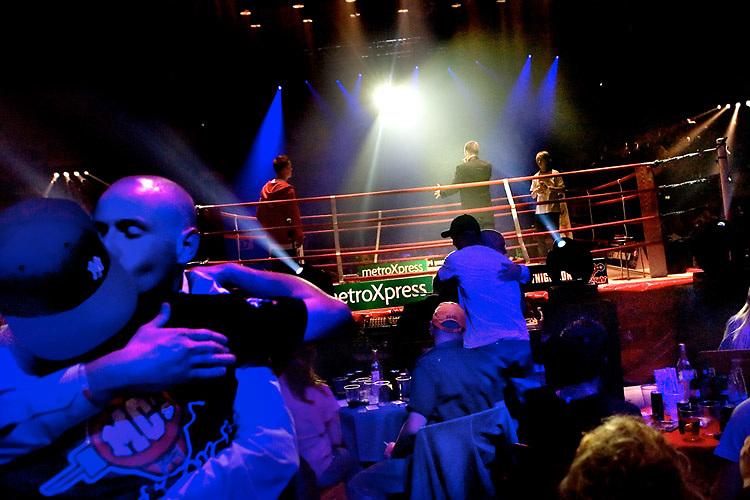 MC Fight Night i KB Hallen. I ringen kÊmpede rapperne med ordet som vÂben. I en kamp om respekt. Men det skilte dem ikke af uden for ringen. Tilskuere og rappere festede l¯s i en tyk suppe af fÊllesskab og broderskab. I ringen til h¯jre ses vinderen under en af de indledende runder. Hans kunstnernavn er Fantomet