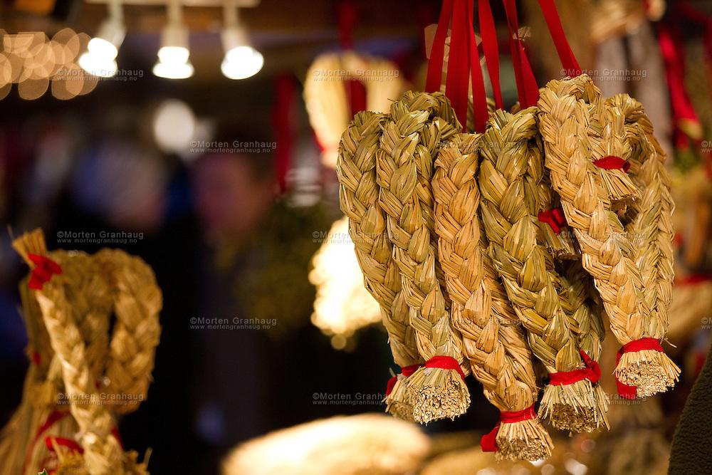 Julemarkedet i Trondheim 2011, 9-18 desember..Markedet arrangeres på Torvet i Trondheim, med utstillere og selgere som selger håndverk og mat fra bodene...I tillegg arrangeres det konserter, eventyrfortellinger og bokstamp, hvor lokale forfattere leser fra bøkene sine.