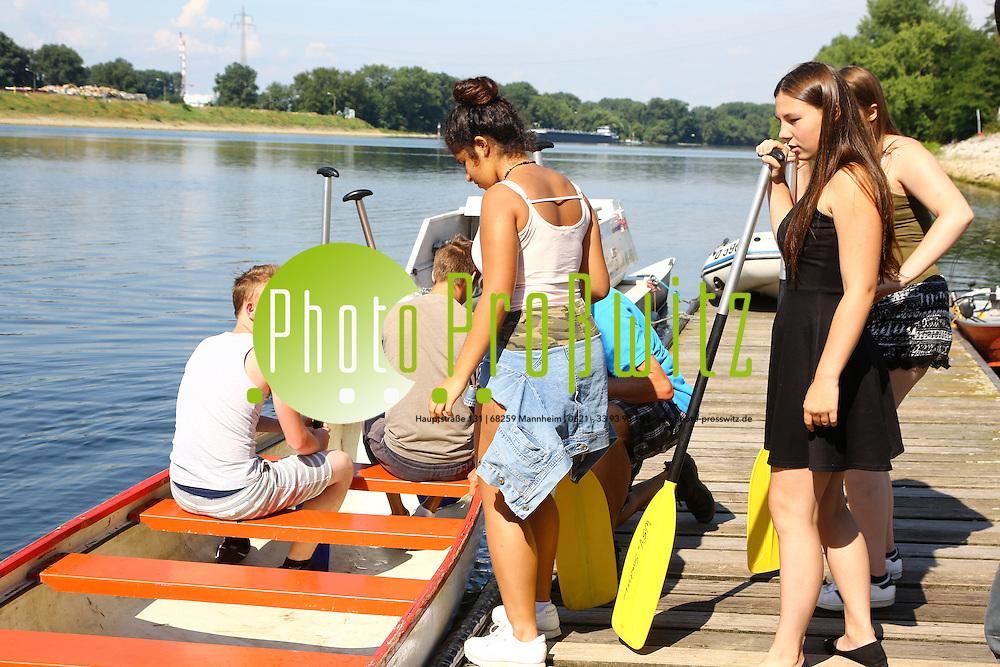 Mannheim. 26.07.16 Durch den Paddelevent &quot;Sport statt Gewalt&quot; sollen<br /> Sch&uuml;ler Spa&szlig; am Sport erfahren und so erleben, dass man &uuml;bersch&uuml;ssige<br /> Energie positiv verwenden kann und nicht in Gewalt m&uuml;nden muss. Die <br /> Veranstaltung dient zur Gewaltpr&auml;vention, es werden Informationen und<br /> &quot;Wege aus der Gewalt&quot; gezeigt, au&szlig;erdem sollen Ber&uuml;hrungs&auml;ngste und falsche Vorurteile in Bezug auf die Polizei abgebaut werden. Die <br /> Veranstaltung, eine Initiative des Polizeireviers MA-Sandhofen in <br /> Kooperation mit dem Pr&auml;ventionsverein &quot;Sicherheit in Mannheim&quot; (SiMA <br /> e.V.), der Kerschensteinerschule MA-Sch&ouml;nau und des <br /> Wassersportvereins Sandhofen, findet zum wiederholtem Male statt.<br /> <br />   Insgesamt nehmen ca. 60 Sch&uuml;ler der Kerschensteinerschule, der <br /> Schulklassen 8 und 9 teil. Die Jugendlichen werden eine Kanuregatta <br /> absolvieren an deren Ende attraktive Preise warten.<br /> <br /> <br /> Bild: Markus Prosswitz 26JUL16 / masterpress (Bild ist honorarpflichtig - No Model Release!)