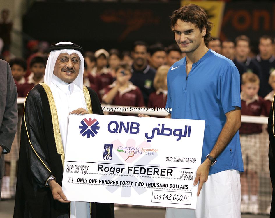 Qatar, Doha, ATP Tennis Turnier Qatar Open 2005, Praesident der Qatar National Bank ueberreicht<br /> Roger Federer(SUI) einen Riesenscheck, Siegerehrung, 08.01.2005,<br /> Foto: Juergen Hasenkopf