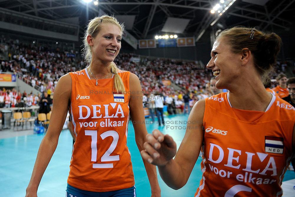 27-09-2009 VOLLEYBAL: EUROPEES KAMPIOENSCHAP NEDERLAND - POLEN: LODZ<br /> De Nederlandse volleybalsters zijn vooralsnog onklopbaar op het EK. Na de ruime zeges op Kroatie en Spanje werd ook gastland Polen met grote overmacht opzij geschoven: 25-18, 25-13, 25-23 / Manon Flier en Maret Grothues<br /> &copy;2009-WWW.FOTOHOOGENDOORN.NL