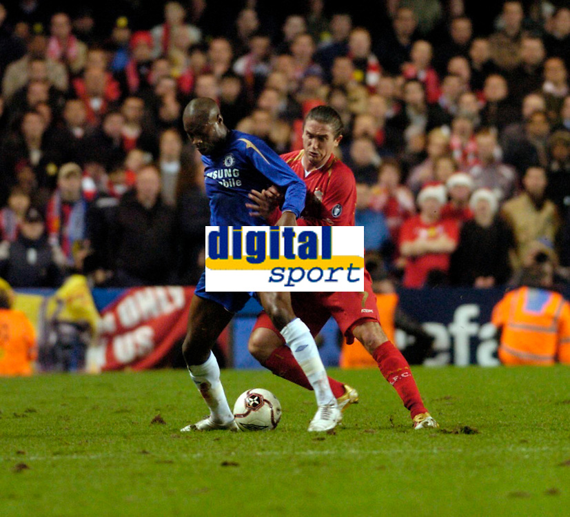 Photo: Leigh Quinnell.<br /> Chelsea v Liverpool. UEFA Champions League. <br /> 06/12/2005. Liverpools Harry Kewell gets to grips with Chelseas  William Gallas.