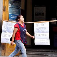 TOLUCA, México.- Negocios del centro de Toluca han visto una baja considerable en sus ventas a causa de los apagones que se han presentado en el centro de la ciudad, algunos bancos dejaron de dar servicio al público y colocaron carteles para informarles a sus clientes de este percance. Agencia MVT / Crisanta Espinosa. (DIGITAL)