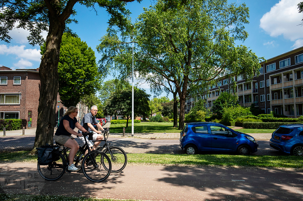 In Eindhoven rijden een man en een vrouw op een elektrische fiets.<br /> <br /> In Eindhoven a man and a woman ride an e-bike.