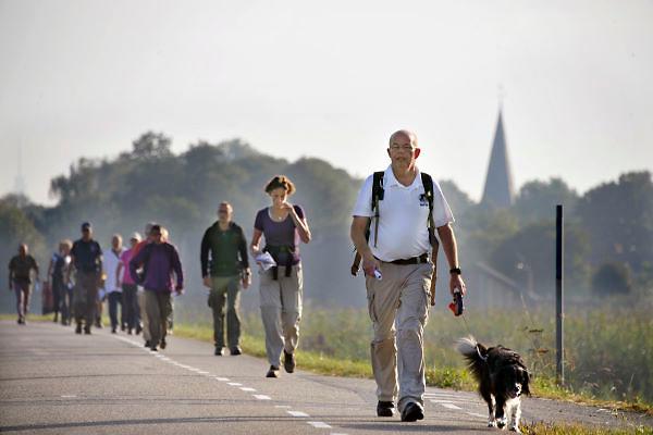 Nederland, Driel, 8-9-2012Deelnemers aan de Polentocht lopen over de dijk bij Driel waar in 1944 militairen, waaronder vele Polen, geevacueerd werden vanuit Oosterbeek, na de mislukte operatie market garden.Foto: Flip Franssen/Hollandse Hoogte