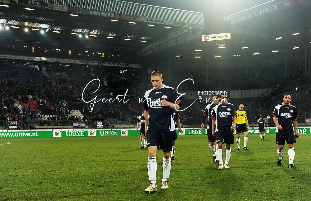 21-02-2009 Voetbal:SC Heerenveen:Willem II:Heerenveen<br /> De spelers van Willem II komen van het veld af. Aangevoerd door Jens Janse<br /> Foto: Geert van Erven