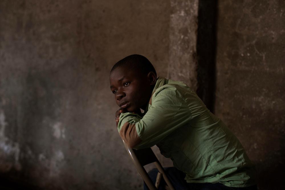 Bukavu, Congo<br /> <br /> Mushagalusa Baguma Cubaka, 14 &aring;r, &auml;r fd barnsoldat. Nu bor han hos en v&auml;rdfamilj. Han skr&auml;mmer barnen i v&auml;rdfamiljen. -Jag &auml;r soldat. Jag har &auml;tit m&auml;nniskok&ouml;tt, s&auml;ger han till dem.<br /> <br /> Photo: Niclas Hammarstr&ouml;m