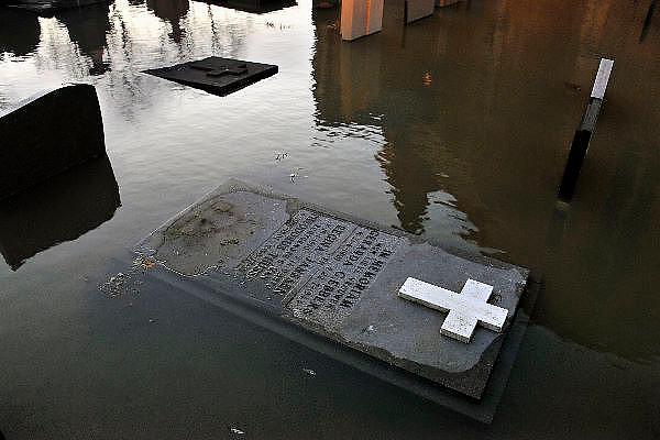 Nederland, Kekerdom, 16-1-2011Hoogwater in de Waal bij Kekerdom in de Ooijpolder. Het buitendijks gelegen kerkhof bij het kerkje van dit dorp is ondergelopen.Foto: Flip Franssen/Hollandse Hoogte
