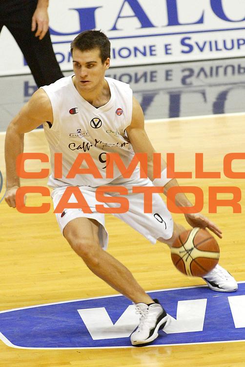 DESCRIZIONE : Bologna Lega A1 2005-06 Caffe Maxim Virtus Bologna Roseto Basket <br /> GIOCATORE : Drejer <br /> SQUADRA : Caffe Maxim Virtus Bologna <br /> EVENTO : Campionato Lega A1 2005-2006 <br /> GARA : Caffe Maxim Virtus Bologna Roseto Basket <br /> DATA : 08/01/2006 <br /> CATEGORIA : Palleggio <br /> SPORT : Pallacanestro <br /> AUTORE : Agenzia Ciamillo-Castoria/L.Villani