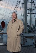 """Seit mehr als 30 Jahren moderiert<br /> HERBERT FRICKE """"Gruß an Bord"""".<br /> Er fuhr selbst vier Jahre zur See, hat<br /> unzählige Geschichten erlebt und gehört.<br /> """"Eine Frau, die vor dem Mikrofon zittert,<br /> nehme ich auch in den Arm"""", sagt er.<br /> In diesem Jahr moderiert Fricke die Sendung<br /> zum letzten Mal."""