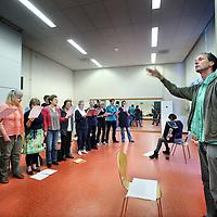 Nederland, Amsterdam , 22 juni 2011..Laatste repetitie van het naoorlogse Socialistische koor Morgenrood in het Jan van der Heijdenhuis in de 2e Jan van der Heijdenstraat onder leiding van Otto van den Aardweg.Foto:Jean-Pierre Jans
