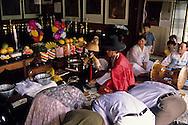 Gut chamanist ceremony for healing  Seoul  Korea    ///Gut ( cérémonie chamaniste) sur les hauteurs de Seoul , une jeune femme malade essaie de se libérer avec l'aide d'un chaman et de ses aides  Seoul  Corée  ///R20134/    L0006957  /  P105145//////Cette «épreuve de vérité du cochon», twaeji sasii, qui consiste à poser un cochon entier, ou sa tête, en équilibre sur un trident, sert à définir si les dieux ont accepté les offrandes.