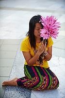 Myanmar (ex Birmanie), Yangon (Rangoon), Paya Shwedagon, offrande et priere // Myanmar (Burma), Yangon (Rangoon), Paya Shwedagon
