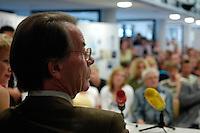 17 AUG 2005, COTTBUS/GERMANY:<br /> Franz Muentefering, SPD Parteivorsitzender, diskutiert mit Schuelern einer Oberstufenschule ueber Rechtsradikale in Ostdeutschland<br /> IMAGE: 20050817-01-008<br /> KEYWORDS: Franz Müntefering, Schüler,