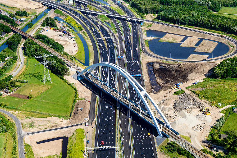 Nederland, Noord-Holland, Gemeente Muiden, 13-06-2017; Knooppunt Muiderberg, spoorbrug over de A1, de Zandhazenbrug in de avondschemering. Spoorlijn Almere-Amsterdam, Gooimeer. Muiderberg junction, near Amsterdam w railwaybridge.<br /> luchtfoto (toeslag op standaard tarieven);<br /> aerial photo (additional fee required);<br /> copyright foto/photo Siebe Swart