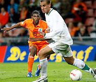 17-10-2007: Voetbal: Nederland-Slovenie: Eindhoven<br /> Ryan Babel schiet op doel<br /> Foto: Geert van Erven