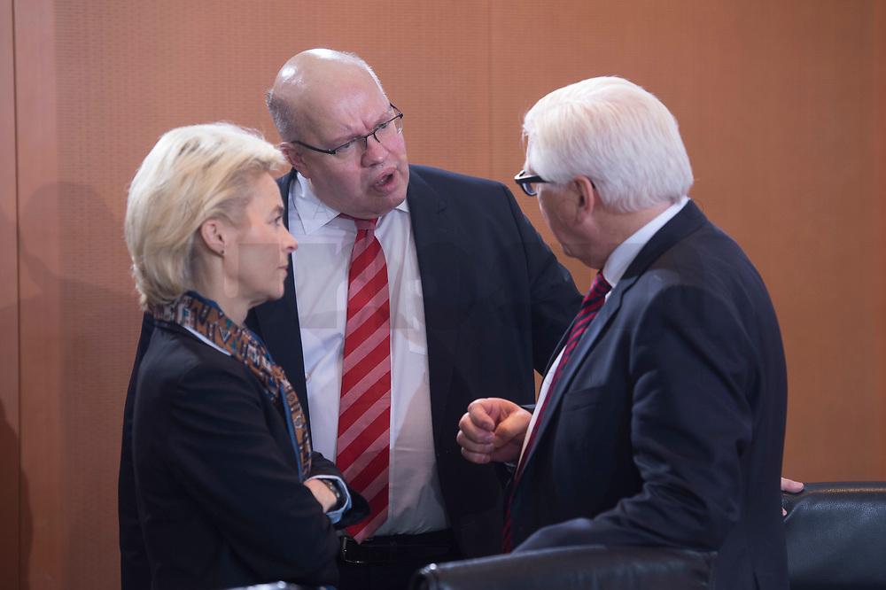 13 JAN 2016, BERLIN/GERMANY:<br /> Ursula von der Leyen (L), SPD, Bundesverteidigungsministerin, und Peter Altmeier (M), CDU, Kanzleramtsminister, Frank-Walter Steinmeier (R), SPD, Bundesaussenminister, im Gespraech, vor Beginn einer Kabinettsitzung, Budneskanzleramt<br /> IMAGE: 20160113-01-009<br /> KEYWORDS: Kabinett, Sitzung, Gespräch